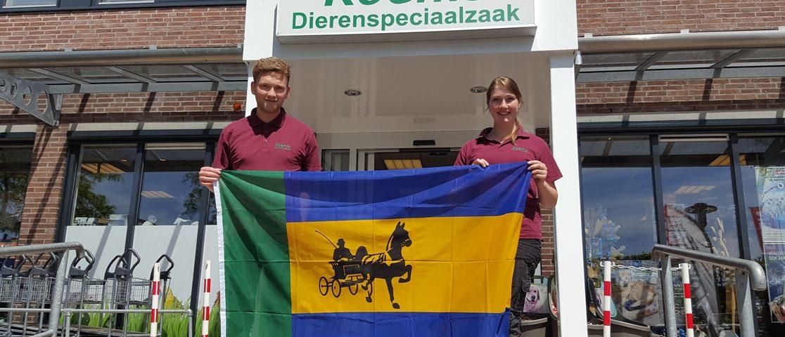 Koenis Spanbroek verkoopt de vlag van Landbouwshow Opmeer